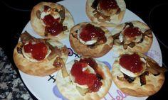 obleas de queso de cabra con mermelada de tomate