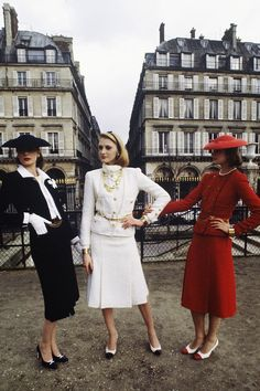 Three models present three blue, white and red suits in wool for the high fashion spring-Summer collection for the Chanel, 18 January 1983 Pierre Guillaud Street Style Vintage, Vintage Street Fashion, Vintage Mode, Retro Fashion, Vintage Ladies, High Fashion, Vintage Glamour, Vintage Pins, Vintage Photos