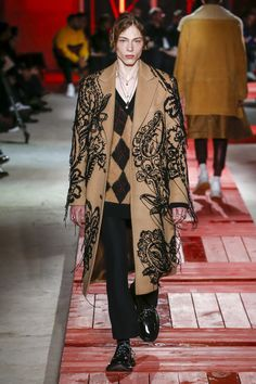 See all the Collection photos from Alexander McQueen Autumn/Winter 2018 Menswear now on British Vogue Fashion Brand, Mens Fashion, Fashion Outfits, Alexander Mcqueen 2018, Bohemian Style Men, Lv Men, Vogue Us, Trends, Fashion Show Collection