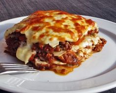 Easy Bolognese Lasagna A recipe for Lasagna with classic Bolognese based on minced meat, bechamel for this essential Italian cuisine Ingredients For 6 people 8 lasagne plates (fresh or dry special without precooking) 800 g canned tomato pulp (or 500 Easy Smoothie Recipes, Easy Smoothies, Snack Recipes, Bolognese, Homemade Lasagna, Good Food, Yummy Food, Stuffed Sweet Peppers, Pasta Recipes