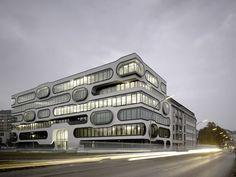 Formas arrendondadas dão o tom interessante do escritório da An der Alster 1, que fica em Hamburgo, na Alemanha. Mais uma das inúmeras construções impressionantes que existem no país.