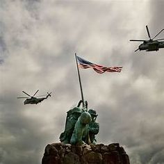 Two Marine Corps Super Sea Stallions and the Iwo Jima Memorial on Marine Corps Base Hawaii in Kaneohe. American Flag Wallpaper Iphone, Usmc Wallpaper, Iwo Jima Memorial, Couple Senior Pictures, Joining The Marines, Patriotic Pictures, Theme Pictures, American Soldiers, Background Pictures