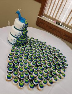 Peacock cake and cupcakes tail - source of photo unknown Pretty Cakes, Cute Cakes, Beautiful Cakes, Amazing Cakes, Cake Decorating Techniques, Cake Decorating Tips, Cookie Decorating, Cake Decorating Frosting, Crazy Cakes