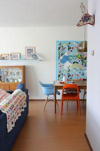 tissus IKEA sur le mur et chaise dépareillées