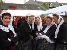 Danseuses folkloriques Bretonnes à la fête de la Châtaigne d' Etables sur Mer.