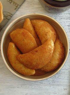Rissóis de camarão | Food From Portugal. Os tradicionais rissóis de camarão são uma entrada de excelência na cozinha portuguesa. Saiba como prepará-los com a nossa receita.