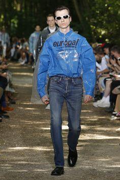 See the complete Balenciaga Spring 2018 Menswear collection.
