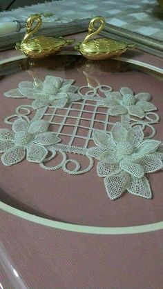 This Pin was discovered by Öze Can somebody pleasMirror decor the hands, flower Diy Embroidery Flowers, Ribbon Embroidery, Embroidery Patterns, Crochet Patterns, Needle Lace, Bobbin Lace, Burlap Flowers, Fabric Flowers, Lace Making