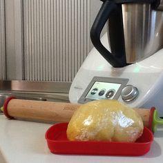 PASTA FROLLA ALLA PANNA. Ingr: 350g di farina 00,50g di fecola di patate, 170g di zucchero,1 cucchiaino di lievito , 1pz di sale,buccia di limone grattugiata, 2 tuorli, 90g di burro a temperatura ambiente,70g di panna. Ho usato il BIMBY mescolando tutti gli ingredienti secchi per 15 sec a vel 3,poi ho aggiunto gli altri ingredienti e impostato 30 sec a vel 5. Ho aggregato l'impasto,l'ho avvolto in pellicola è posto in frigo per 1/2 ora.