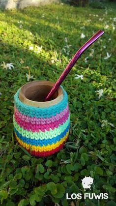 Mate con funda crochet multicolor Toothbrush Holder, Diy, Cases, Bags, Amigurumi, Tejidos, Patterns, Bricolage, Do It Yourself