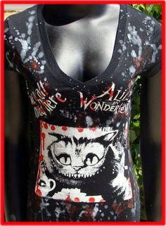 Il s'agit d'une nouvelle marque noir v col chemise femme. Sur le devant, j'ai projeté une image d'un logo, le chat du Cheshire et « nous sommes tous fous ici » avec de la peinture de dépistage permanent. Éclaboussé sur le devant et le dos. Lavable en machine.