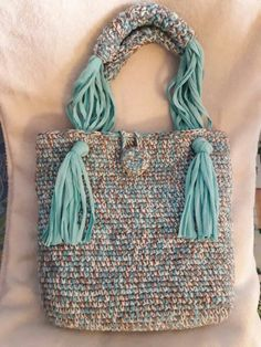 Knitting Patterns Women Different bag handle Image only of crochet purse with leather strap and fringe. This Pin was discovered by fai Great way to do the shoulder strap Crochet Handbags, Crochet Purses, Crochet Bags, Free Crochet, Crochet Stitches Patterns, Purse Patterns, Knitting Patterns, Tshirt Garn, Crochet Shell Stitch