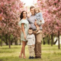 Photographer Anna Rostovceva Familu photoshoot in blooming garden - what to sear for a family photoshoot