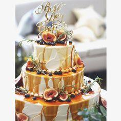 ウェディングケーキのイメージ (※イメージに近い画像をお借りしています) . 〇キャラメルドリップ 〇ベースはネイキッドケーキ 〇フルーツはいちじく、ブルーベリー 〇ローズマリーかオリーブを散らして これに持ち込みのケーキトッパーをさして、切り株の台にのせてもらう予定です 切り株はナチュラル感をだすために譲れないポイントだったのですが当初からお願いしていたため、用意していただけることに 当日どんなケーキになるかほんとにたのしみ . . ____________________________________ こないだの土曜日もララシャンスでの打ち合わせでしたꉂ . 今回は宿題の確認と、牧師さんとの打ち合わせ&司会者の方との打ち合わせ . 宿題は期日までにやるようにしてるけどテーブルの配席の関係で少し問題が発生していて進み具合がやや遅れています あと招待状の返信(すべて新郎側)が未だに返ってきていないゲスト多数なのでアレルギーについてなどまだ未定なところも 引出物関係はほぼぼぼ終わった! . 牧師さんとの打ち合わせは聞いたことなくてふた... Drip Cakes, Wedding Images, Wedding Inspiration, Bridal, Birthday, Desserts, Food, Casamento, Kitchens