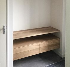 Extra ruimte in de garderobe met #zwevendeplank en houten #ladekast. Precies op maat natuurlijk. #garderobe #ruimtewinner #gang # opbergen #wonen #interieur Hanna House, Home Interior, Interior Design, Entry Closet, Ikea Table, Small Closets, Minimal Home, Scandinavian Kitchen, Dressing