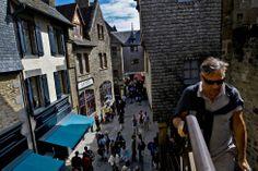 Mont Saint Michel, Alrededor de tres millones de personas visitan cada año la abadía (unas 20.000 mil al día durante el verano). El tiempo aproximado para recorrer las calles y el monumento es de unas tres horas, aunque si se dedica tiempo a contemplar las espectaculares vistas hacia el Canal de la Mancha, se pueden prolongar mucho más.