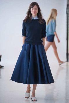 上下を、素材や色合いが若干違う紺色のセットアップにして、変化を付けて。フレアーのスカートのシルエットが女性らしいですね。