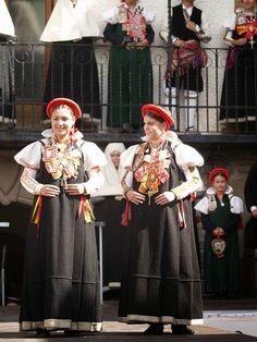 Hello all, Today I will return to Spain, to Aragon, province of Huesca, the valley of Ansó. Aragon is in the northeast of the co. Folk Clothing, Spain And Portugal, People Of The World, Traditional Dresses, Costumes, Europe, Barcelona, Embroidery, Country