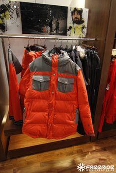 luulen et ens kaudella oranssi on aika pop väri. ja sit yhdistettynä maanläheiseen väriin, esim just harmaa tai ruskea. 2013 kamaa.