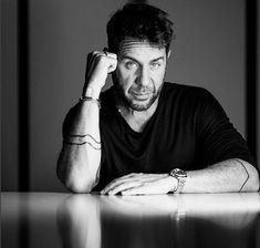 Γιώργος Μαζωνάκης: Ποζάρει ανάμεσα στ αμέτρητα δώρα που πήρε για τα γενέθλιά του! Blog, Blogging