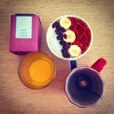 Porridge d'avoine bio, auquel j'ai mélangé une purée de banane écrasée a la fourchette, sucrée avec 1 c.s de confiture de prune faite maison! Noix de coco râpée, baies de goji et raisins secs! Un régal !! Le tout accompagné d'un super jus de clémentine bio et d'un bon thé ... <3