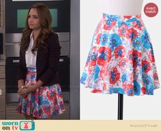 Sofia's blue and red floral skirt on Young and Hungry.  Outfit Details: http://wornontv.net/36494/ #YoungandHungry