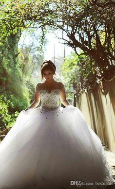 Robe de mariée à manche longue avec cristaux, strass et  boules. Une robe comme les  contes de fée!                                                                          Prix: 131.36 jusqu'à 142.55 €