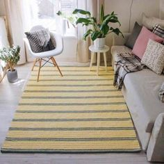 The yellow and gray striped crochet rug covers the entire length of the room Crochet Carpet, Crochet Home, Home Decor Trends, Diy Home Decor, Crochet Table Mat, Sala Grande, Knit Rug, Crochet Hair Accessories, Crochet Backpack