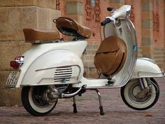 I'm growing to love these old Vespa's. They have so much character, love it.