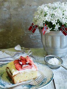 Langpannekake med jordbær - Mat På Bordet Cheesecake, Desserts, Food, Tailgate Desserts, Deserts, Cheesecakes, Essen, Postres, Meals