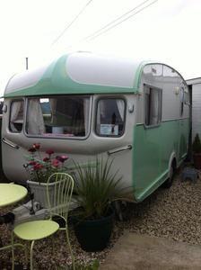 vintage camper - travel trailer <O>