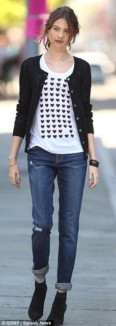 """The """"baggy"""" jean reference makes me laugh. I like the Cardi with graphic tee. Pinner says-Slouch appeal: Behati donned a pair of baggy jeans paired with a heart-patterned T-shirt and light-weight black cardigan Cute Casual Outfits, Casual Chic, Casual Jeans, Estilo Street, Estilo Rock, Celebrity Style Guide, Dresscode, Behati Prinsloo, Black Cardigan"""