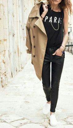 Total black look, white sneakers and camel trench. Mode Rock, Mode Lookbook, Belle Silhouette, Style Japonais, Looks Street Style, Look Chic, Mode Inspiration, Mode Style, Street Chic