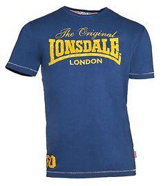 """Lonsdale Herren T-Shirt in trendigem Design, das zahlreiche Highlights setzt. Das Brust-Design vereint das klassische Lonsdale-Logo mit einem geschwungenen Schriftzug und einem coolen """"Patina-Look"""". Farblich abgehobene Nähte an Bündchen, Ärmelenden und Schultern runden das Design geschmackvoll ab. Lonsdale ist die bekannte Sport- und Fashionmarke, deren Wurzeln vor allem im Boxsport liegen. Sie..."""