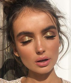 Gold shimmery glitter eyeshadow makeup look. This is a beautiful look for summer… Gold shimmery glitter eyeshadow makeup look. This is a beautiful look for summer time and specially night time! Glam Makeup, Glitter Makeup, Skin Makeup, Makeup Inspo, Makeup Inspiration, Makeup Ideas, Glitter Lipstick, Glitter Hair, Glitter Fabric