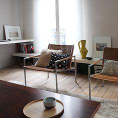 Les tablettes placées à hauteur variable offrent des usages différents. En partie basse, à 30 cm du sol, elles servent de banc pour s'asseoir au salon. En partie haute, à 70 cm du sol, une tablette sert de plan de travail et coin bureau avec un tabouret ou un siège.