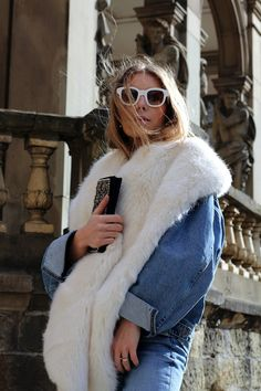 This stylish blogger proves that a faux fur scarf can be worn with a casual denim outfit.