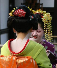 2 Maiko (apprentice Geisha) conversing near the Golden Temple in Kyoto, Japan. Parts of the kimono and the special make-up are clearly visible. Typical nape make-up on a maiko (Note the red collar). Geisha Make-up, Historical Hairstyles, Mega Fashion, Memoirs Of A Geisha, Japanese Outfits, Japanese Clothing, Japanese Dresses, Kaiser, Hair Ornaments