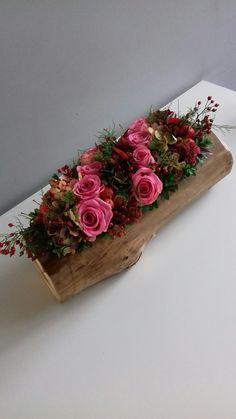 Basket Flower Arrangements, Floral Arrangements, Flower Decorations, Christmas Decorations, Seasonal Flowers, How To Preserve Flowers, Wooden Decor, Plant Design, Dream Decor