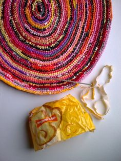 I use all sorts of plastic bags to make carpets, bags, cushions, toys..... ++ More information at Just plastic bags website ! Idea sent by Mazaudier Brigitte !…