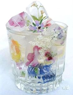 Gorgeous flower ice cubes- Perfect for a shower or entertaining. Gorgeous flower ice cubes- Perfect for a shower or entertaining. – Cocktails and Pretty Drinks Flower Ice Cubes, Fruit Ice Cubes, Snacks Für Party, Party Drinks, Parties Food, Fun Drinks, Partys, High Tea, Food And Drink
