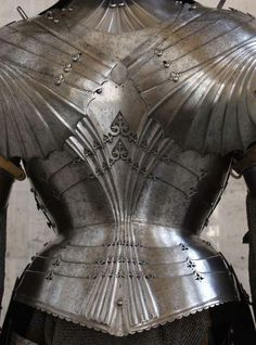 One of the most beautiful backplates of the late medieval period. The fluting, typical of the 15th C. Reflect the artistic trend in art, gothic architecture and armor making Https://darksword-armory.com Read into the Vocational arenas of your life. http://youtu.be/bK7NUdh01WY