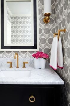 Ideas Bathroom Wallpaper Accent Wall Half Baths Powder Rooms For 2019 Wallpaper Inspiration, Bad Inspiration, Bathroom Inspiration, Wallpaper Ideas, Trendy Wallpaper, Black Wallpaper, Wall Wallpaper, Wallpaper Borders, Wallpaper Designs