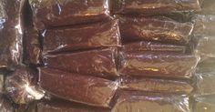Dodol is een Javaanse lekkernij die gemaakt wordt van ketanmeel, kokosmelk, gula jawa en eventueel vruchten, noten of pinda's. Op de video... Asian Recipes, Ethnic Recipes, Indonesian Recipes, Sweet Memories, Dishes, Desserts, Food, Indian Snacks, Tailgate Desserts