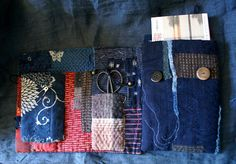 Nuit indigo... grand livre de couture en coton et laine, couverture en cotons anciens japonais (indigo, kasuri, katazome, rayures, carreaux), block print indien, laine. ce carnet est cousu main, quilté à la ficelle de lin et inspiré par le boro, lart populaire, les techniques de sashiko
