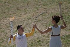 Dentro da tradição, um atleta grego abre o revezamento da tocha Olímpica Rio 2016  (Foto: Rio 2016/André Luiz Mello)http://www.rio2016.com/noticias/comecou-tocha-olimpica-e-acesa-e-traz-heranca-milenar-da-grecia-ao-brasil