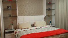 Meu quarto, coloquei  papel de parede rendado combinando com a cor da cortina.