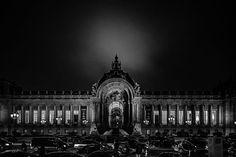 Sarà visibile solo di sera, e solo a lume di candela, la mostra  Dark Cities  del fotografo Daniele Cametti Aspri. In questa atmosfera suggestiva in cui gli occhi si abituano lentamente all'oscurità, il pubblico potrà ammirare le stampe in bianco e nero frutto della prima tappa