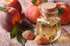 Jako jeden z nielicznych, olej brzoskwiniowy jest niezwykle łagodny i hipoalergiczny. Dobrze się wchłania i nie pozostawia tłustych plam na skórze. Jakie jeszcze właściwości posiada ten niepozorny olej?