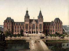 Exterieur van het Rijksmuseum te Amsterdam omstreeks 1900. Voorbeeld van het zogenaamde Photochrom procedé fotomechanische reproductie methode (lithografie) waarbij op basis van een zwart-wit foto het beeld ingekleurd wordt met behulp van verschillende drukgangen. Datum 1890